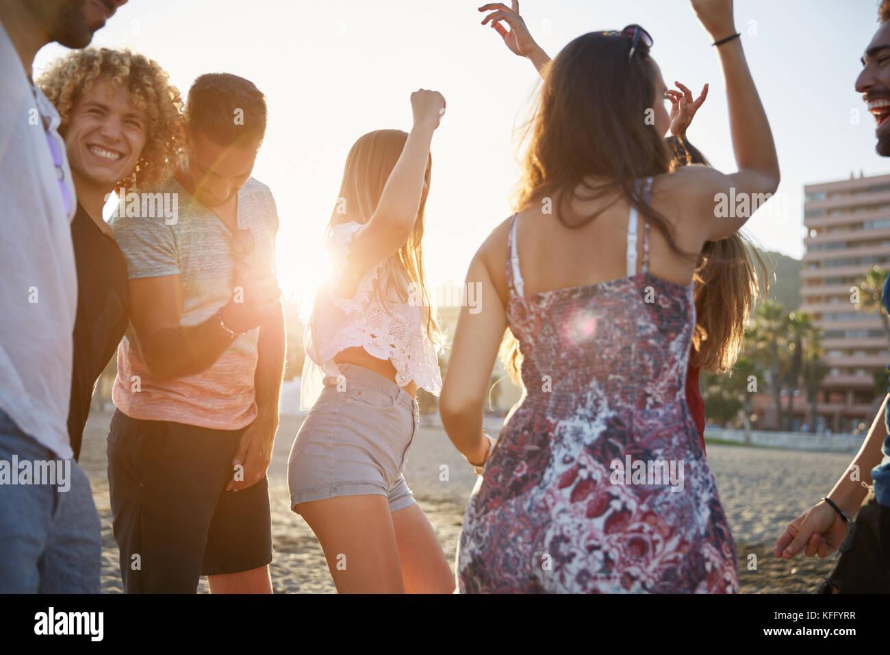 Porträt der Gruppe von Freunden in Party am Strand Stockbild