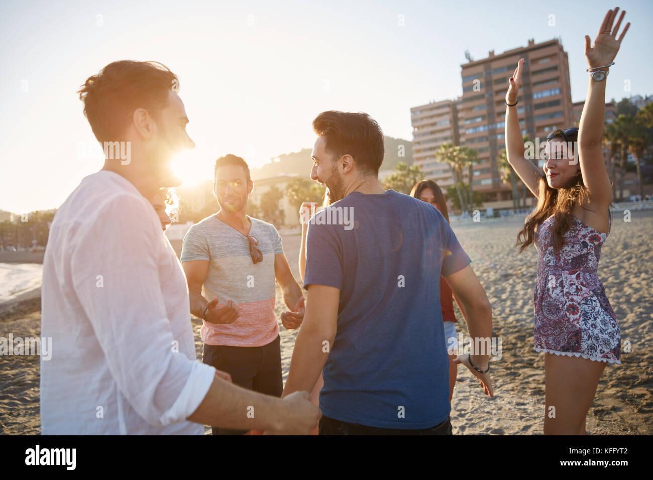 Porträt einer Gruppe von Menschen glücklich Tanz am Strand Stockbild