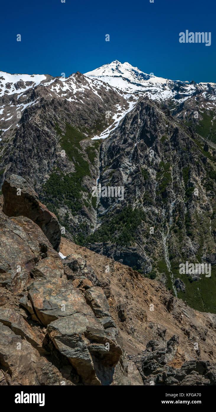 Robuste, atemberaubende Berggipfel des Lago Nahuel Nationalpark in Bariloche, Argentinien an einer kristallklaren Stockbild