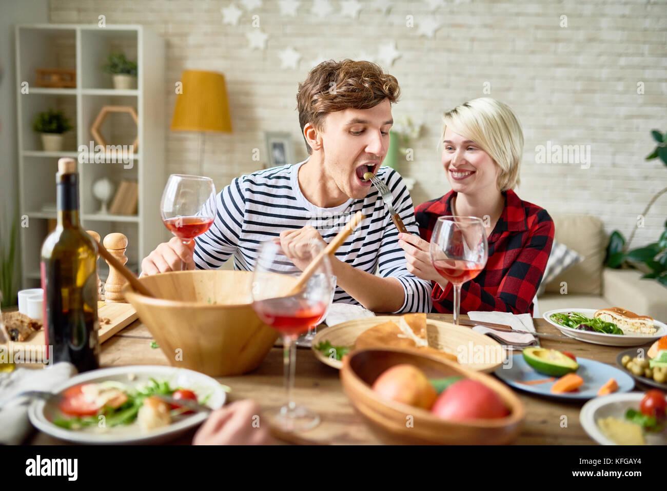Glückliches junges Paar bei festlichen Tisch Stockbild