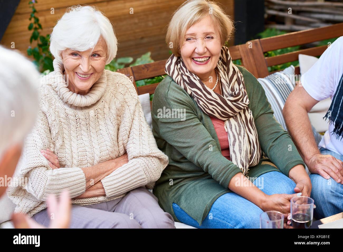 Ausgaben Wochenende mit älteren Freunden Stockbild