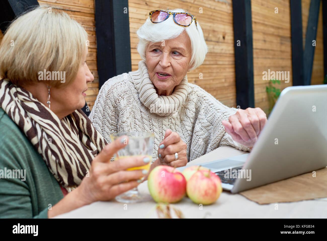 Ältere Frauen mit Laptop Stockbild