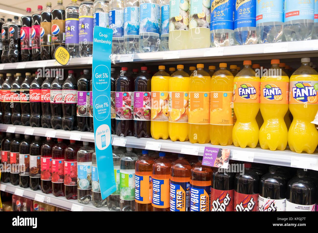 Fizzy zuckerhaltige Getränke zum Verkauf in einem Shop auf einem ...