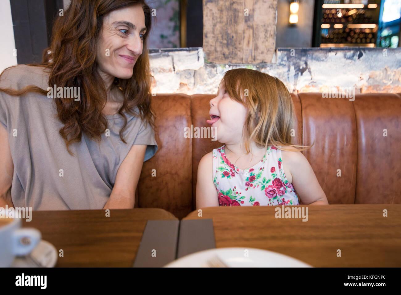 Lustige Ausschreibung Szene. Vier Jahre alter Blonde glückliches Mädchen ihre Zunge heraus, lächelnde Stockbild