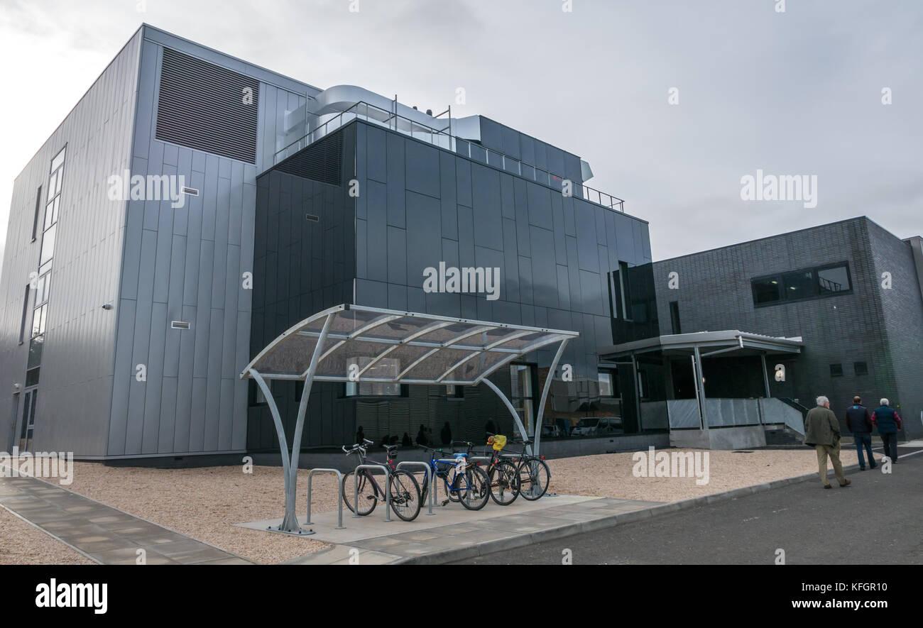 Die Besucher gehen durch neue Gebäude mit Forschungslaboratorien, National Museums Scotland Sammelstelle, Granton, Stockfoto