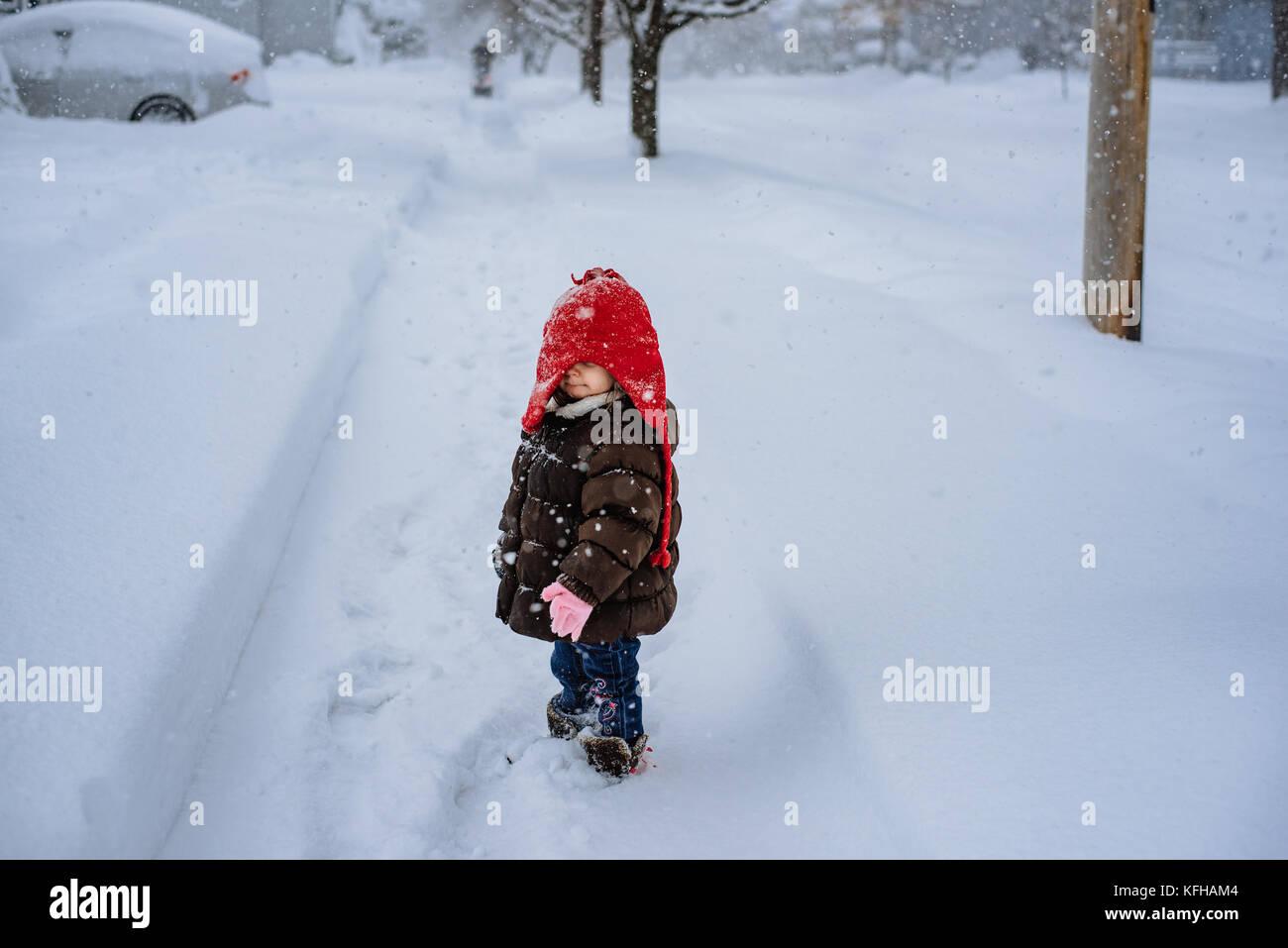 2-3 Jahre alten Ständigen im Schnee Stockbild