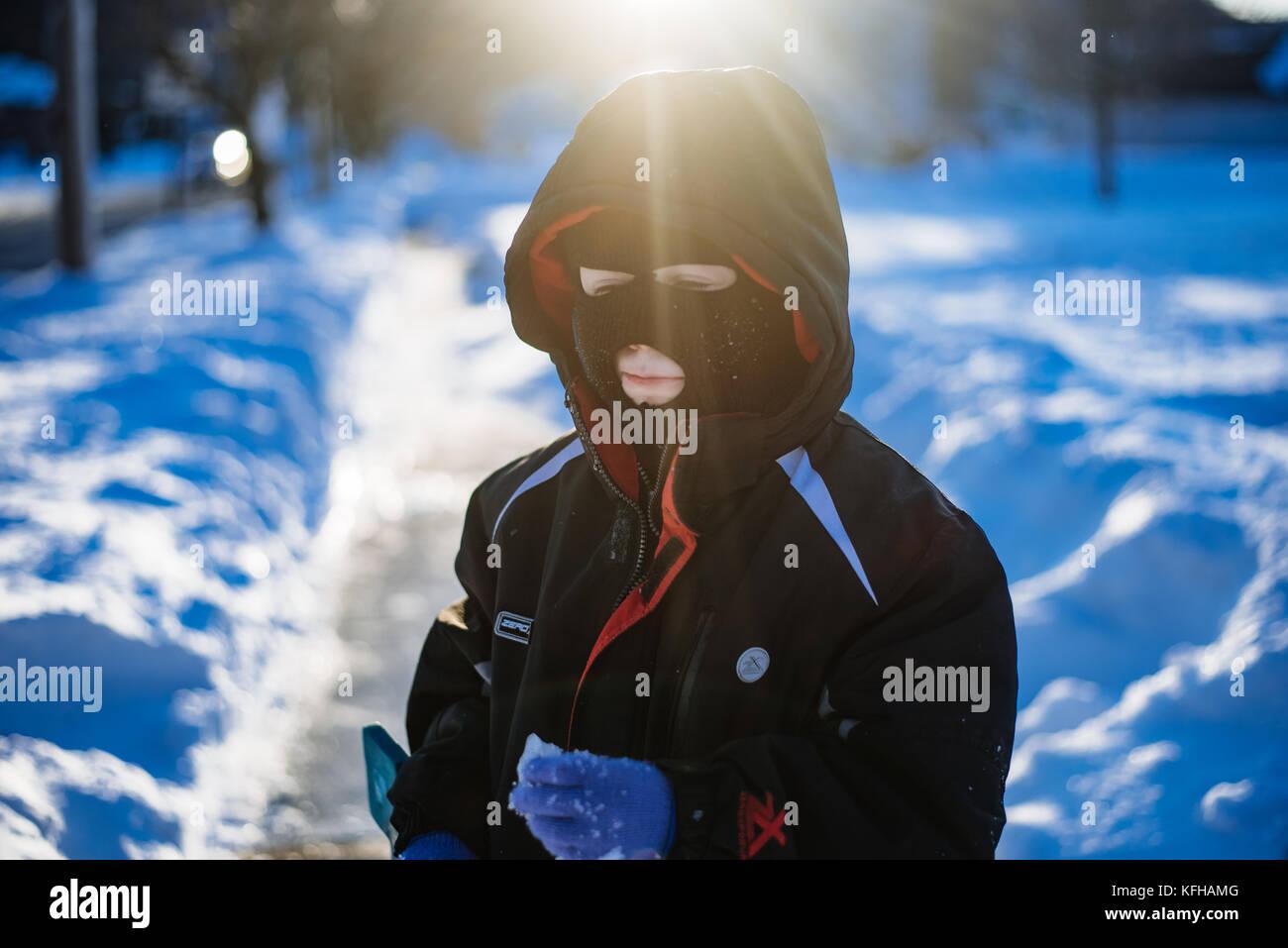 10-11 Jährige Junge im Schnee mit Ski Maske Stockbild