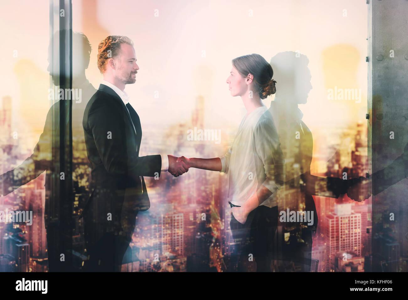 Handshake von zwei Vertreter im Amt Konzept der Partnerschaft und Zusammenarbeit. Stockbild