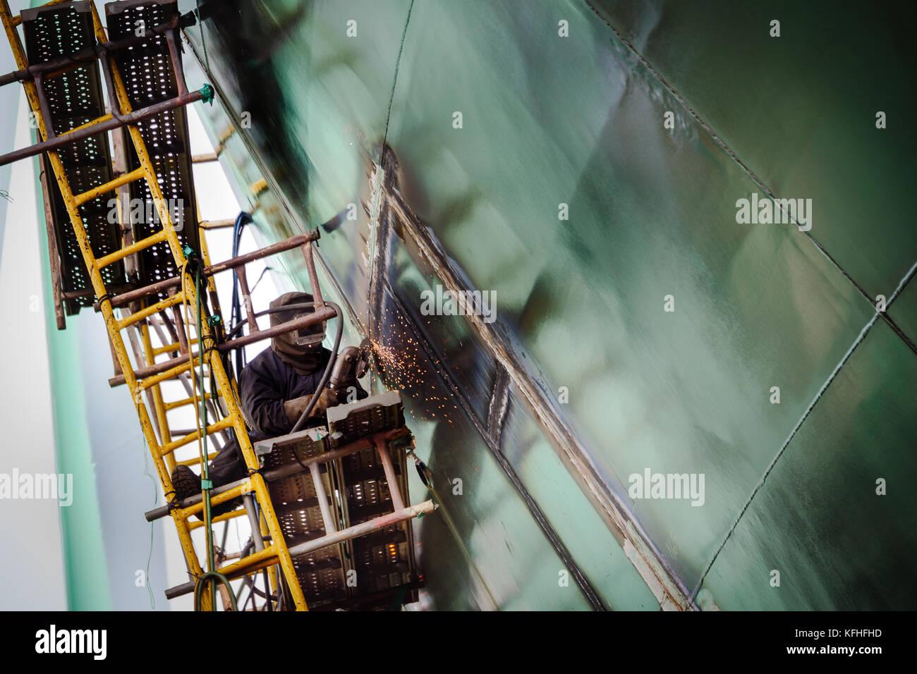 Schiff im Bau. Schweißarbeiten. CAM Rahn Werft, Vietnam. Stockfoto