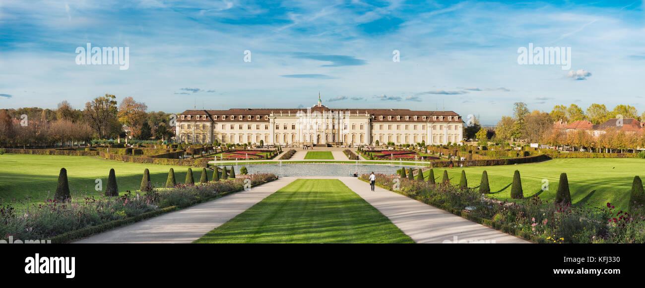 LUDWIGSBURG, Deutschland - 25. OKTOBER 2017: Unbekannter Besucher durch den Park des berühmten Schloss von Stockbild