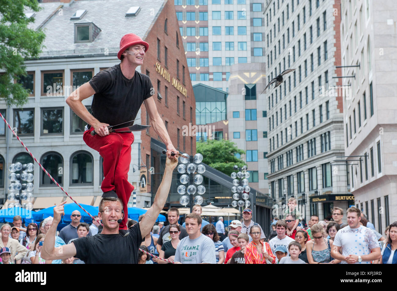 Künstler auf der Straße unterhalten Touristen außerhalb Quincy Market in Boston, Massachusetts Stockfoto