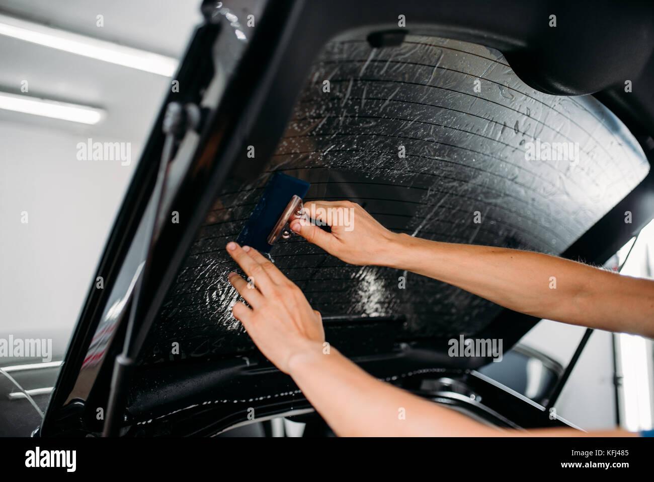Männliche spezialist mit trockner auto tönungsfolie installation
