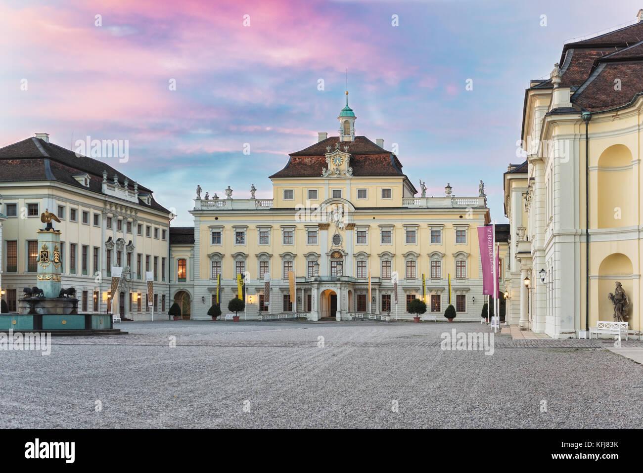 LUDWIGSBURG, Deutschland - 25. OKTOBER 2017: Bei Sonnenuntergang den inneren Hof des Schlosses glooms in das restliche Stockbild