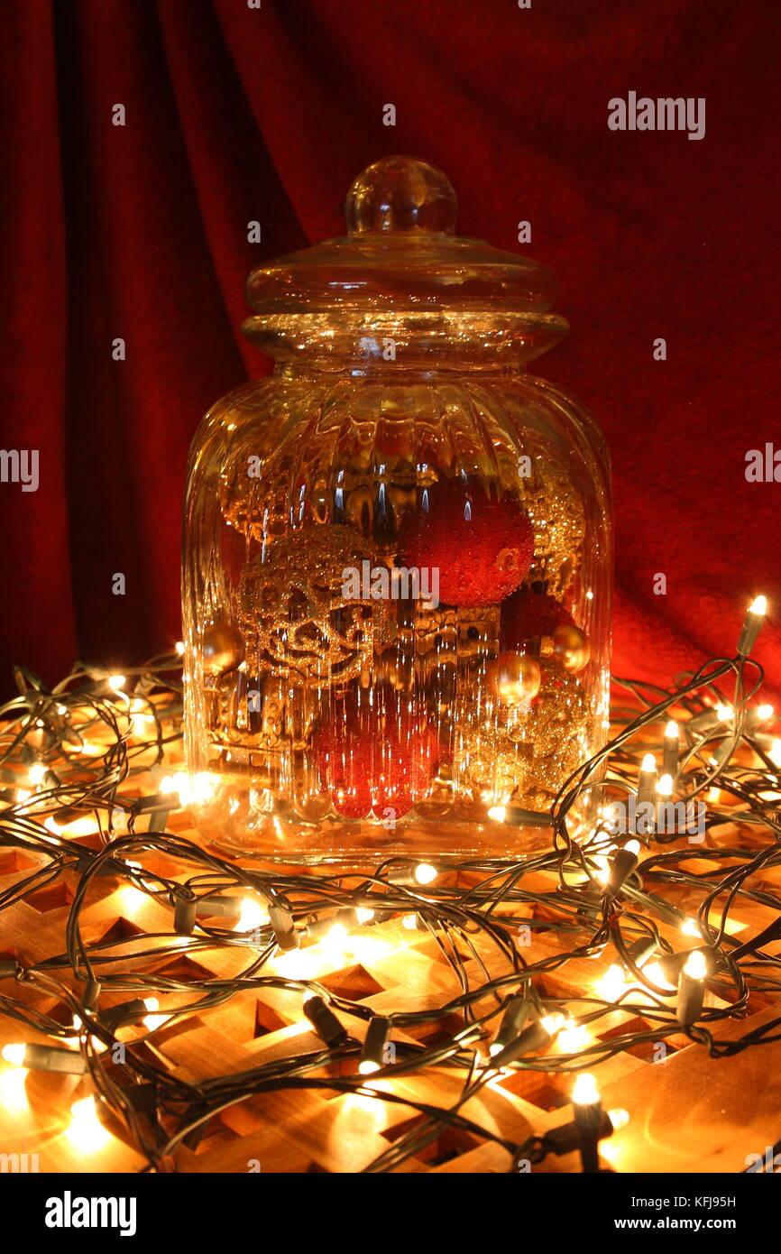 Lichterzauber mit Glas und Lichterketten, Licht Stockbild