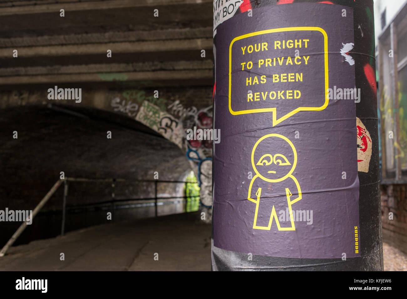 Street Art Poster auf der Säule in der Nähe einen Tunnel von Artist subdude mit stilisierten Mensch und Stockbild