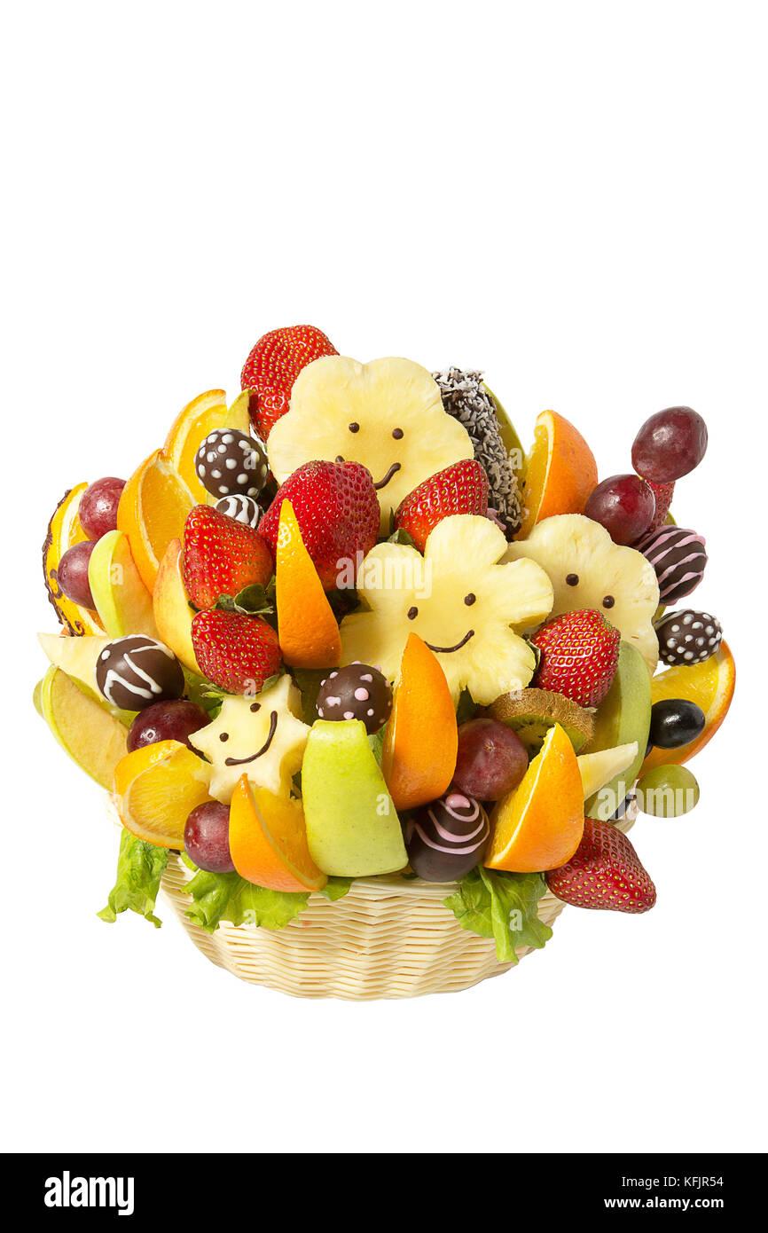 Korb mit Früchten und Beeren in der Schokolade auf weißem ...