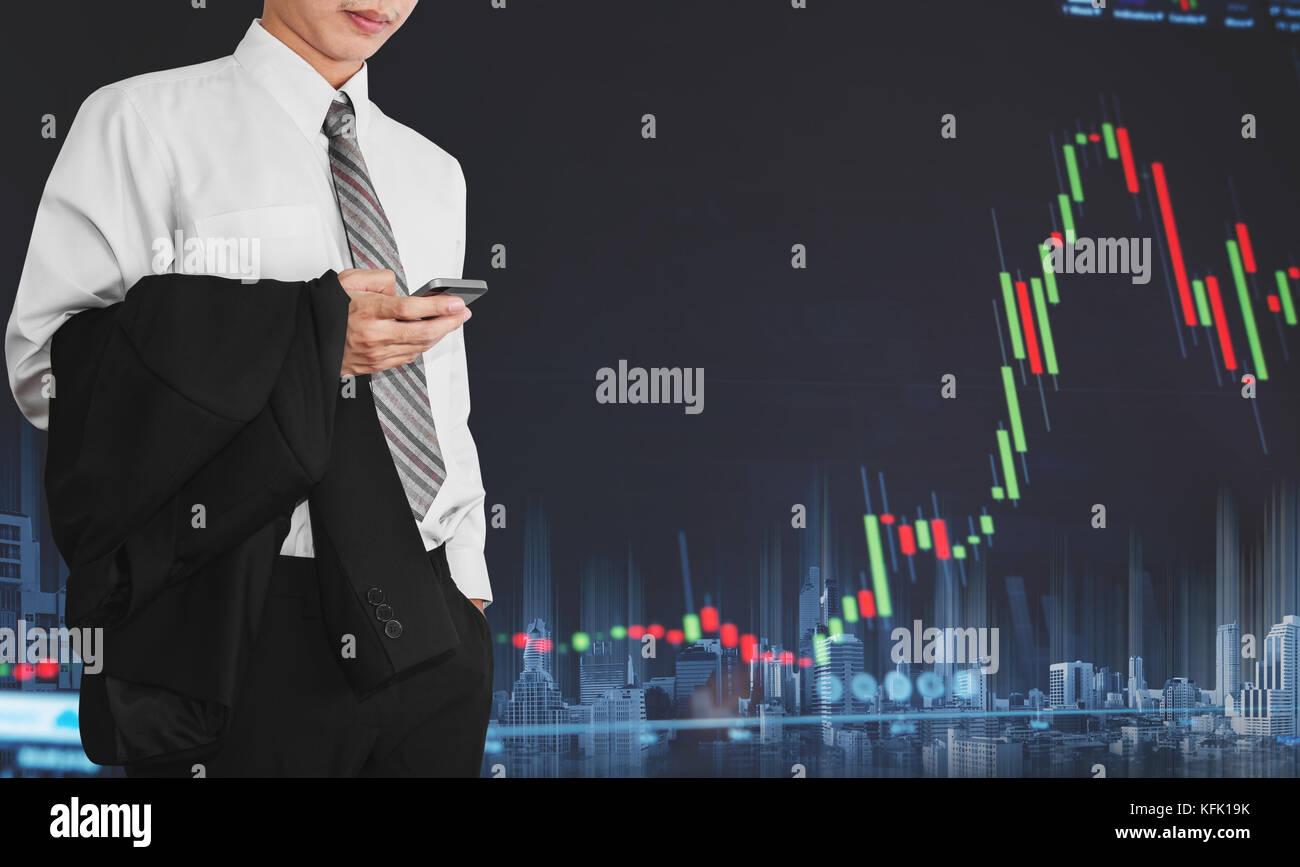 Geschäftsmann mit mobilen Smart Phone mit zunehmender Graph. Entwicklung und Wachstum in den Aktienmarkt und die Stockfoto