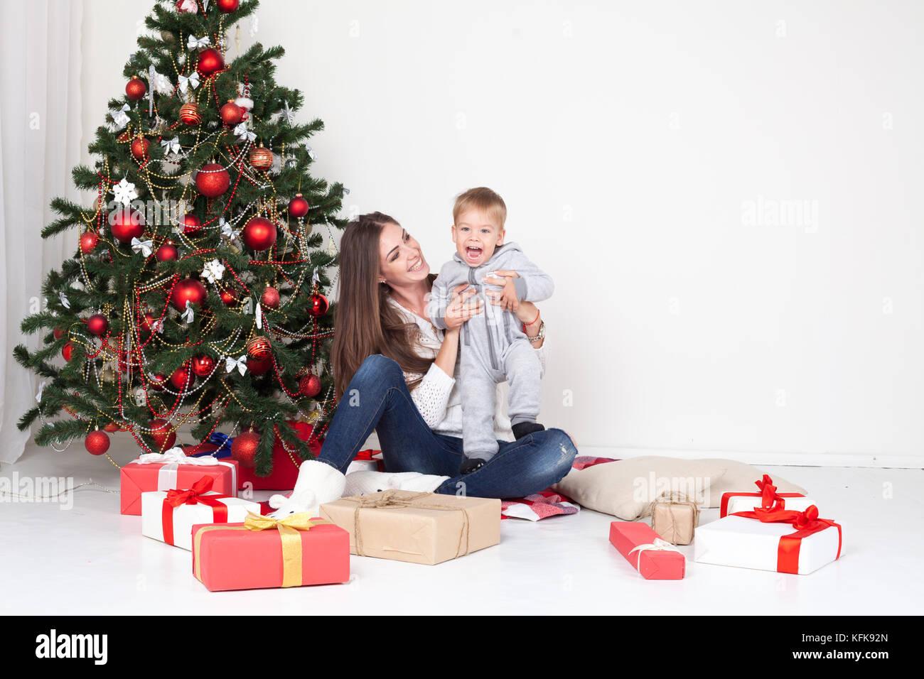 Mutter und Sohn öffnen Geschenke für Weihnachten und Neujahr ...