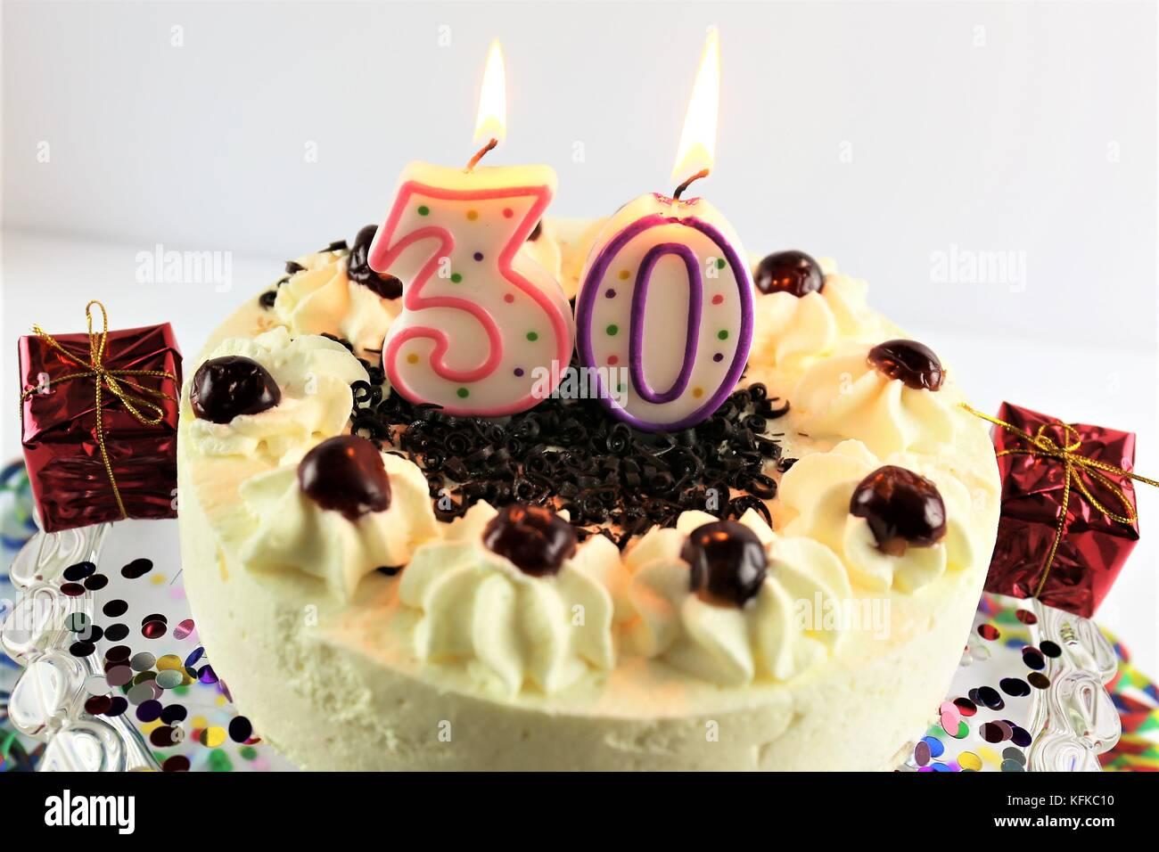 Ein Bild Von Einem Geburtstagskuchen Mit Kerze 30 Stockfoto Bild
