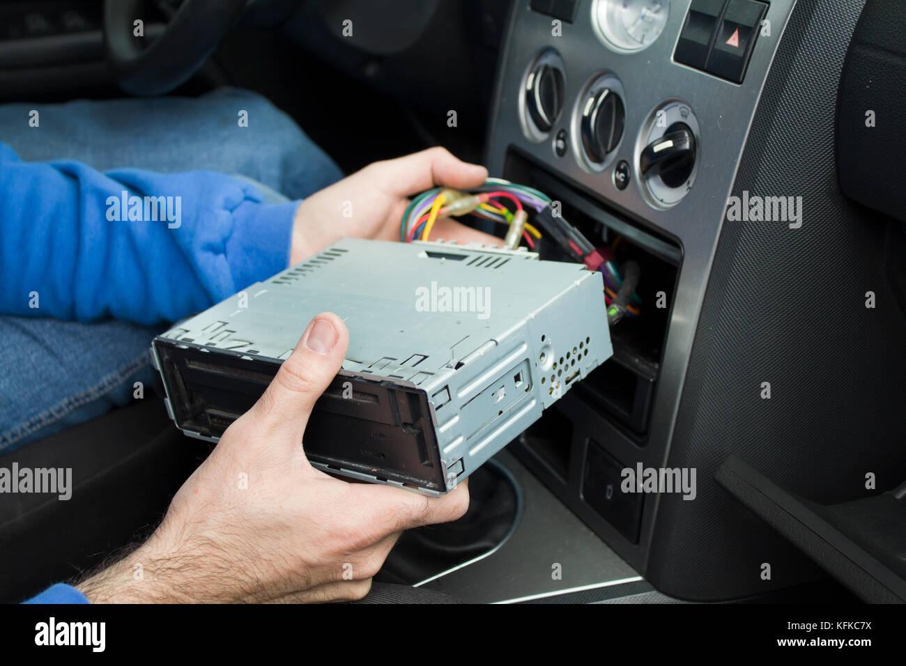 Die Hände des Auto Elektriker der Cube Seile und Anschließen der ...