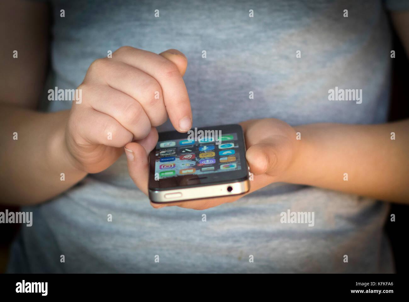 Junges Mädchen mit einem Smart Phone. Stockbild