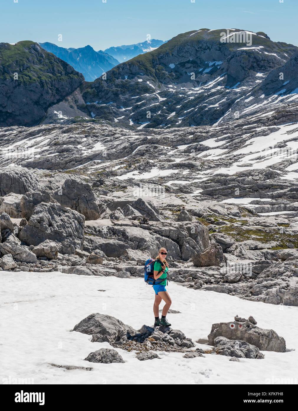 Wandern am Wanderweg zum königssee und der wassereralm, Steinernes Meer mit Schnee im Frühling Stockbild