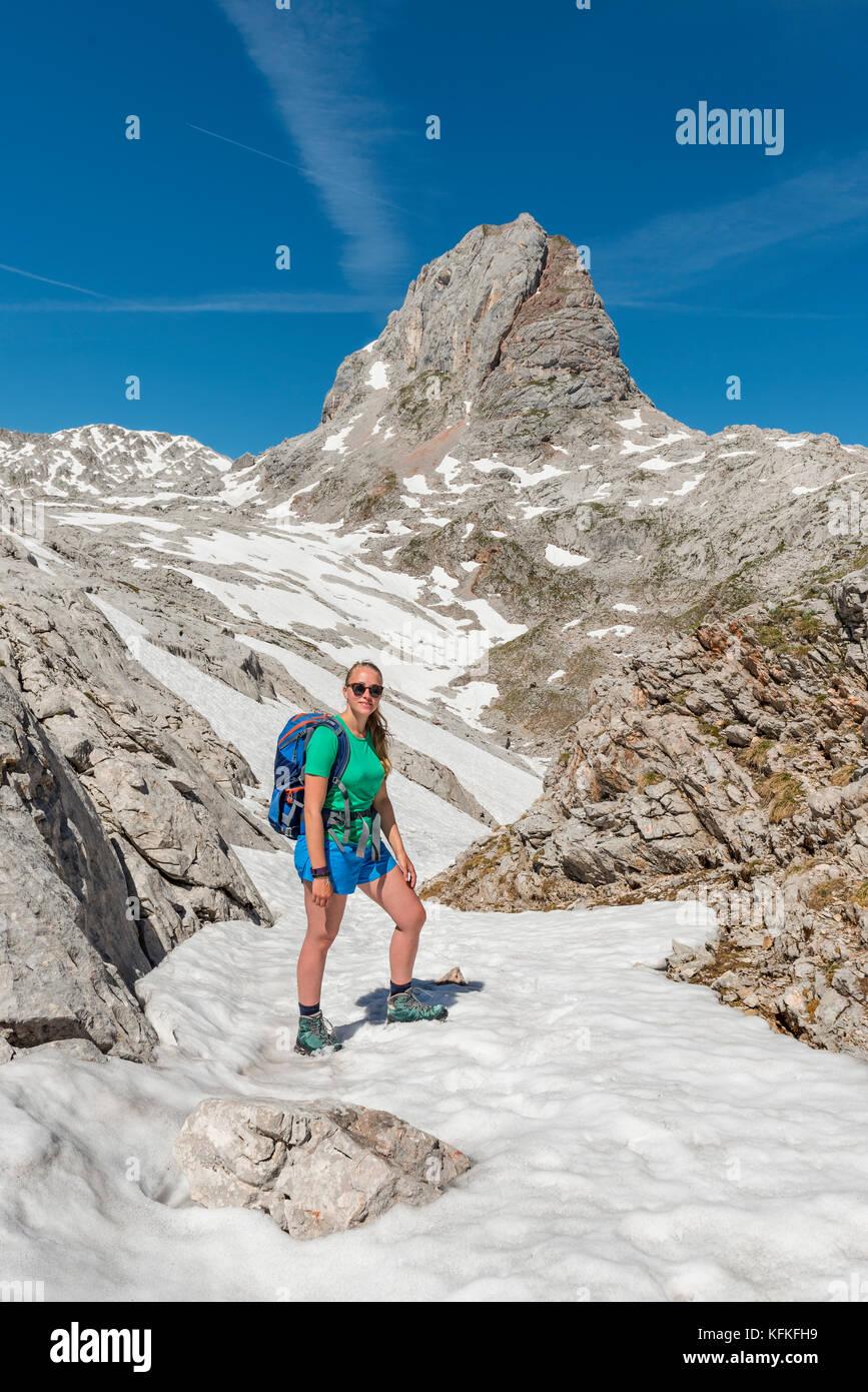 Wanderer am Wanderweg zum königssee und der wassereralm, Steinernes Meer mit Schnee im Frühling, grießkogel Stockbild