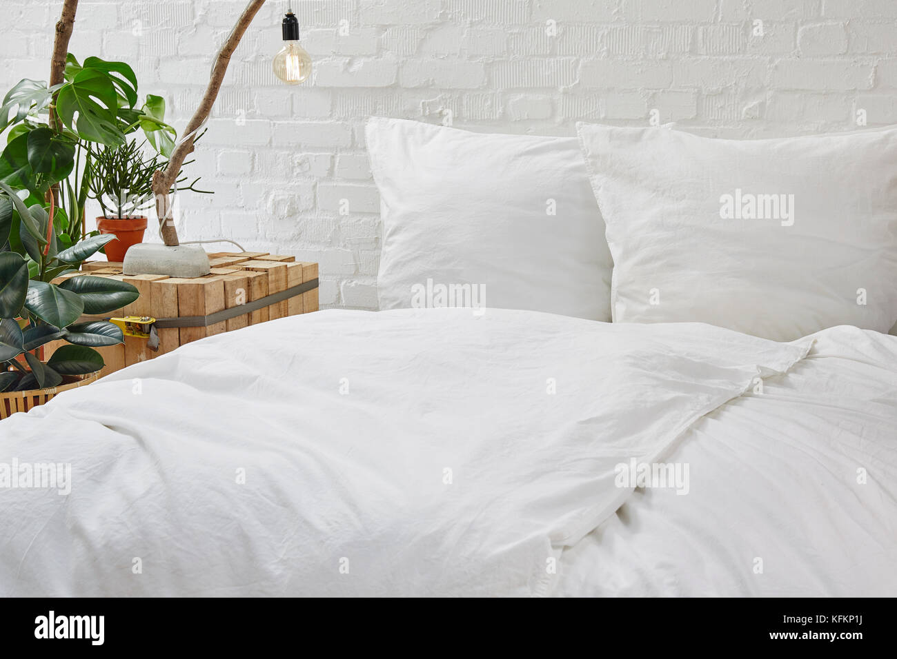 Urban Schlafzimmer im Loft mit weißer Bettwäsche und kreative ...