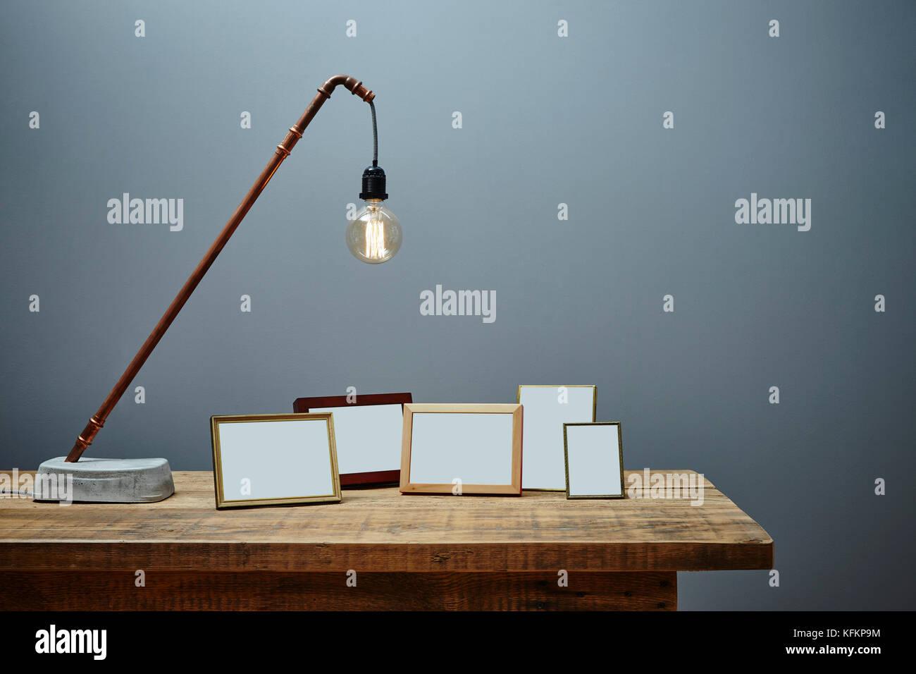 Rustikal Sideboard mit einzelnen Kupfer Lampe und Cluster von ...