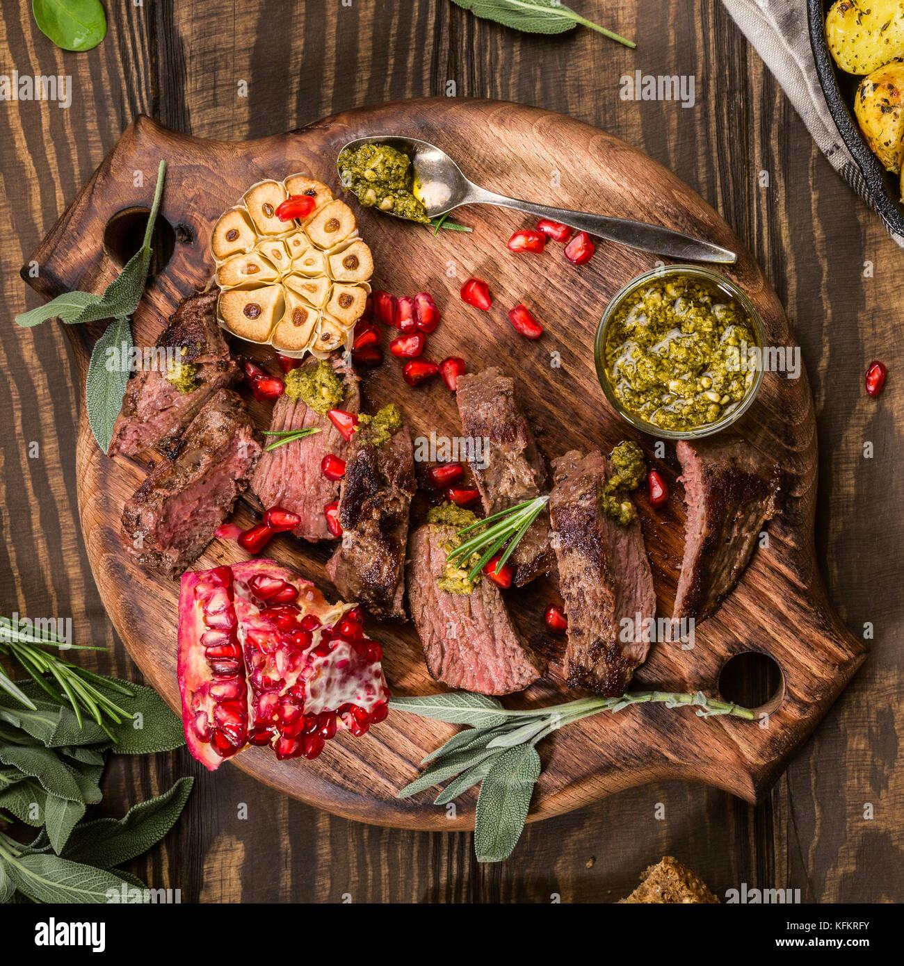 Fleisch Steak mit grünem Pesto Stockbild