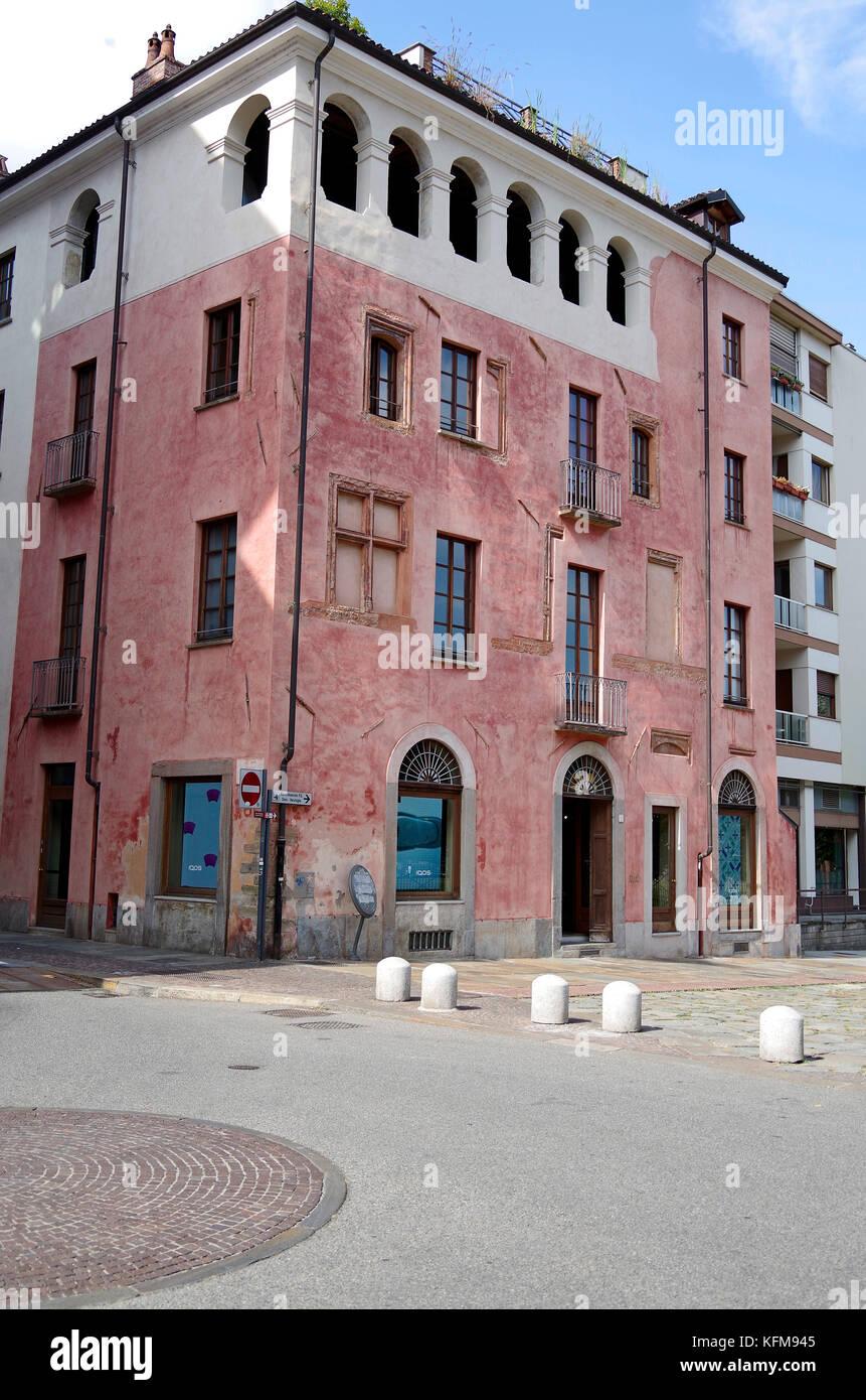 Sehr altes Gebäude, vor kurzem renoviert und ausgebaut, auf der rechten Seite, den Stil und die Farbe, in Übereinstimmung Stockbild