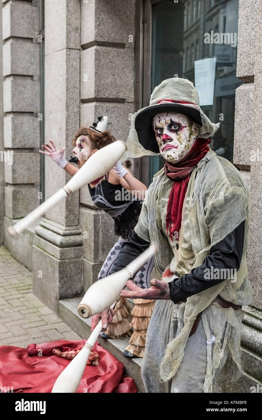 Zombies - ein Jonglier-händler Zombie in der jährlichen Zombie kriechen in Newquay, Cornwall. Stockbild