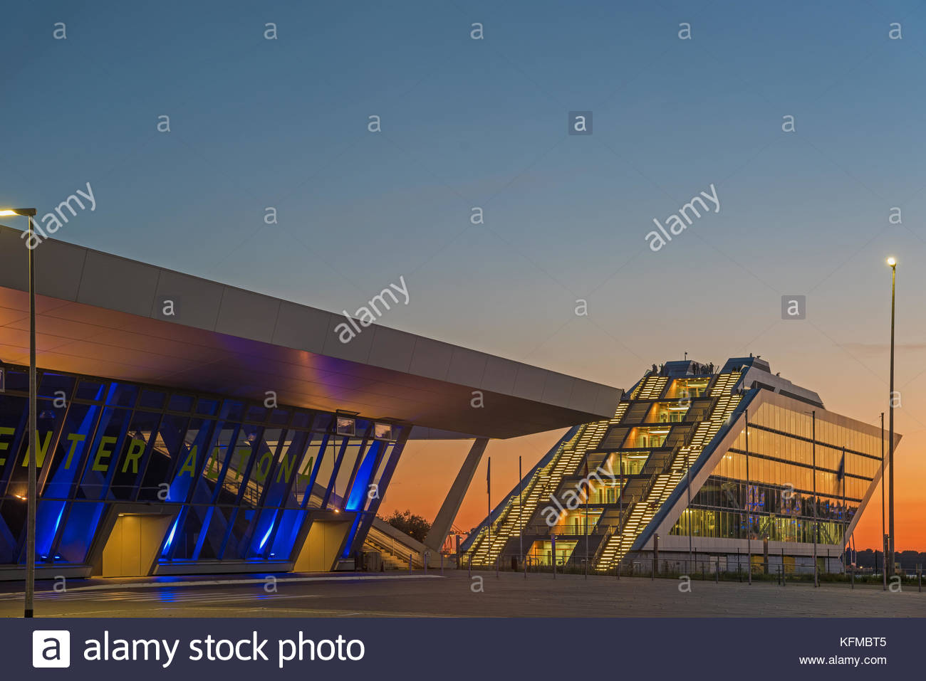 Dockland und Cruisecenter Hamburg Blue Port zur blauen Stunde Stockbild
