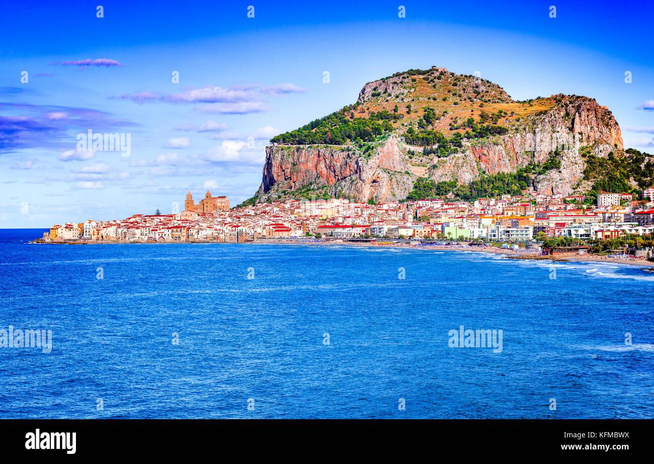 Cefalu, Sizilien. Ligurische Meer und mittelalterliche sizilianische Stadt Cefalu. Provinz Palermo, Italien. Stockbild