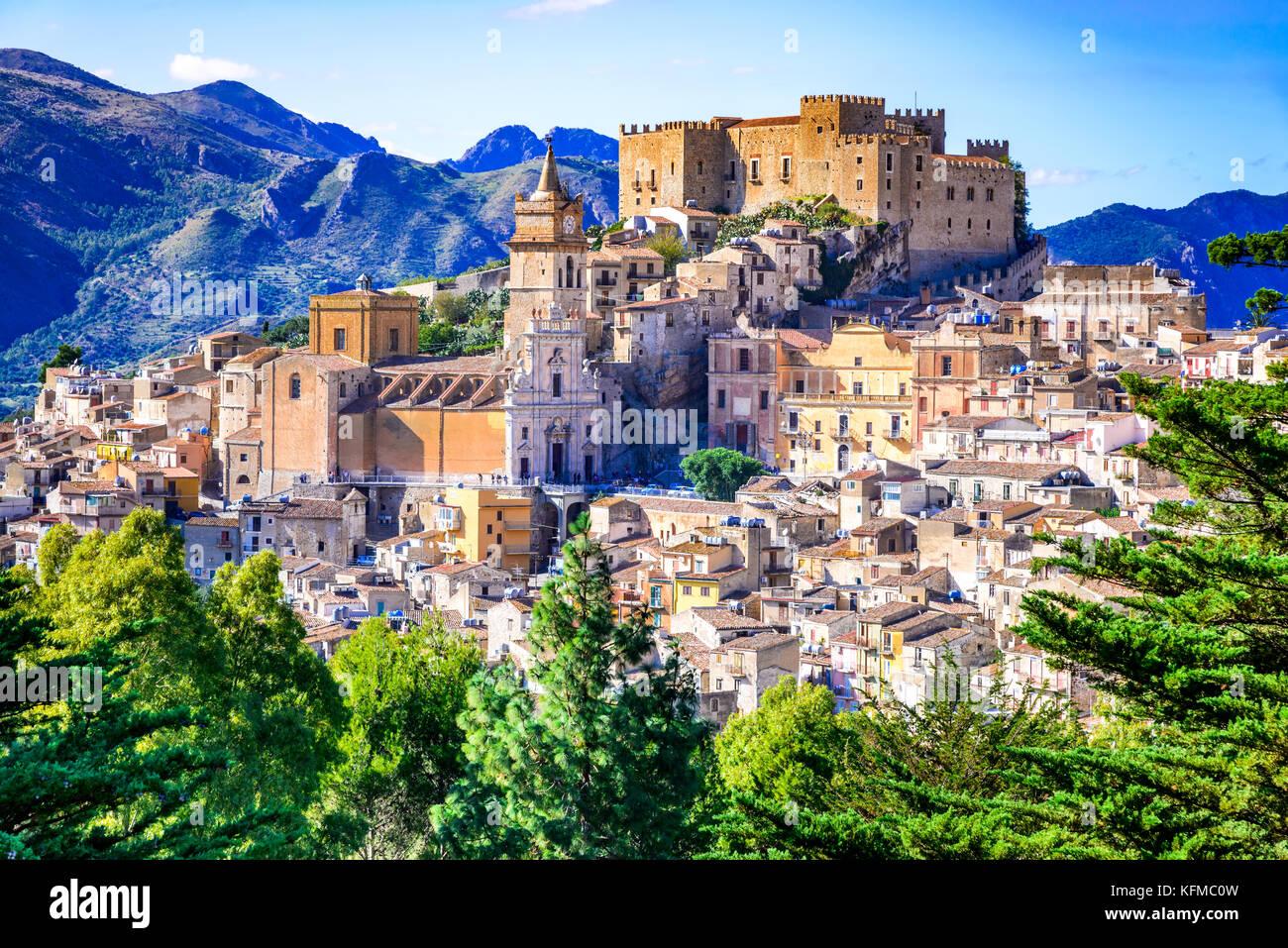 Trapani, Sizilien. Mittelalterlichen italienischen Stadt mit der normannischen Burg Berge in Sizilien, Italien. Stockbild