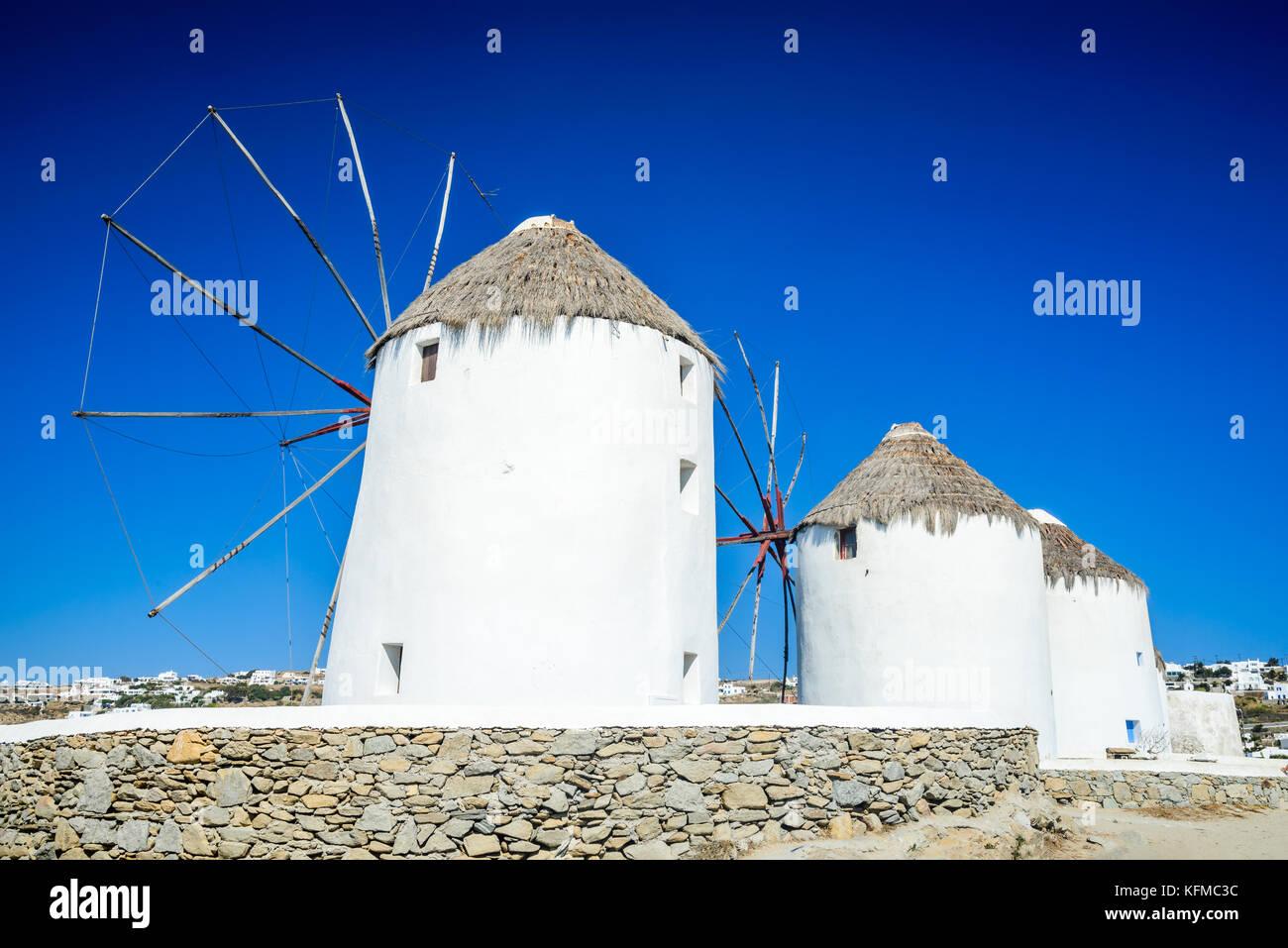 Mykonos, Griechenland. Windmühlen und Little Venice waterfront Häuser, der als einer der romantischsten Stockbild