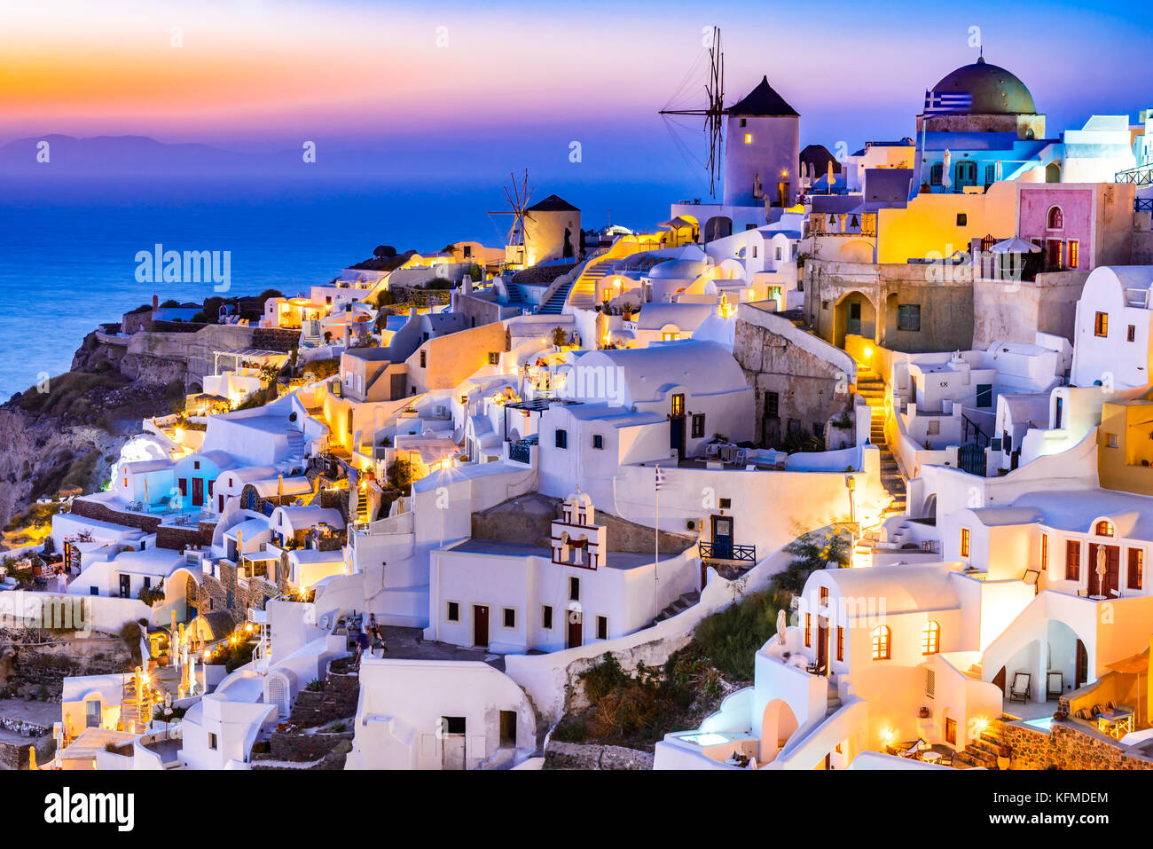 Oia, Santorin - Griechenland. Idyllischen Reiz des weißen Dorf mit gepflasterten Straßen und Windmühlen, Stockbild