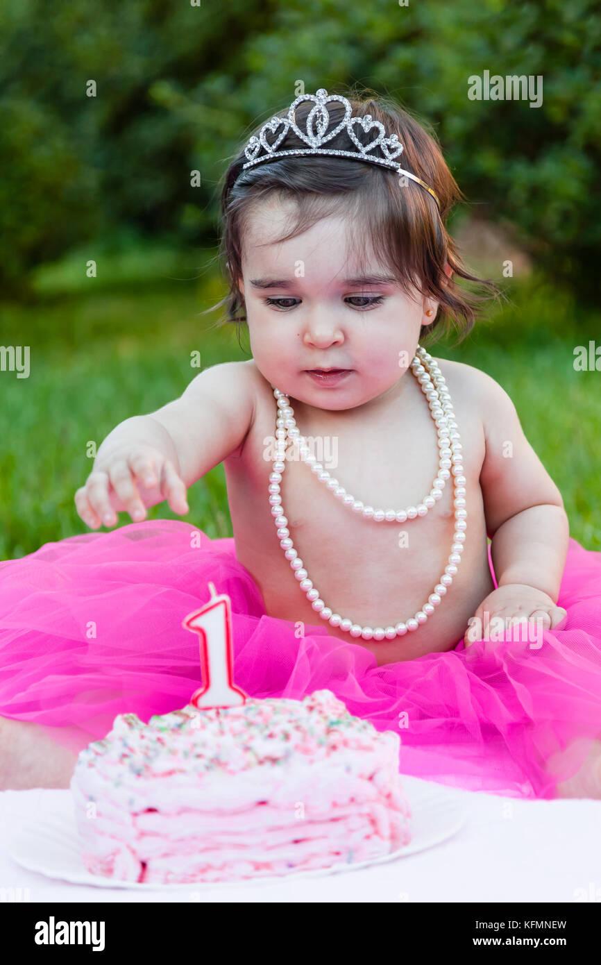 Smiling Happy Baby Kleinkind Mädchen in der ersten Geburtstagsparty ...