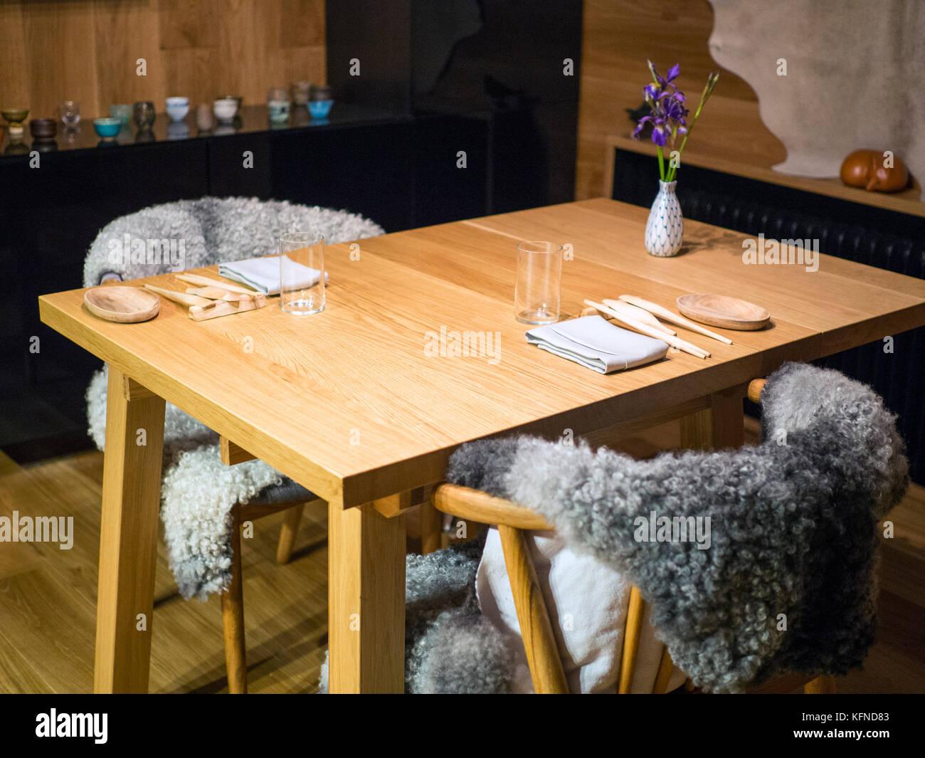 Der Esstisch an Bifångst, zwei Sitz Restaurant innen HOZE in Göteborg. Stockbild
