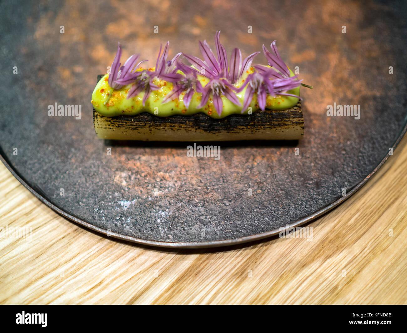 Verkohlter Lauch mit wilden Schnittblumen, zubereitet von Pai Holmberg aus Bifångst, einem Restaurant mit zwei Plätzen Stockfoto