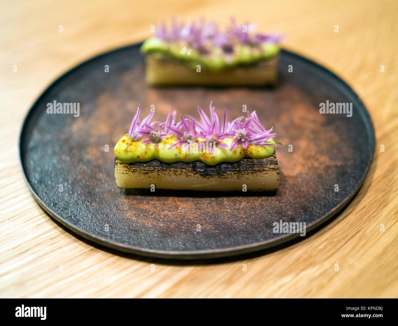 Verkohlte Lauch mit wilden Schnittlauch Blumen gekocht von Pai holmberg von bifångst, zwei Plätze Restaurant Stockbild