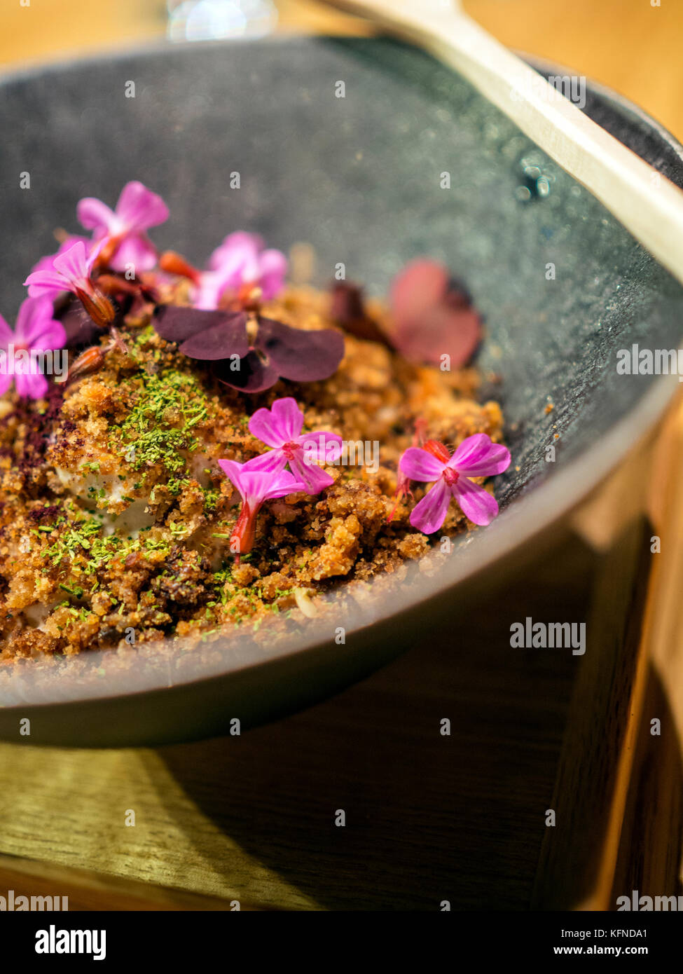 Gebratene Sauerteigbrot mit Lauch und Schinken gekocht von Pai holmberg von bifångst, zwei Plätze Restaurant Stockbild