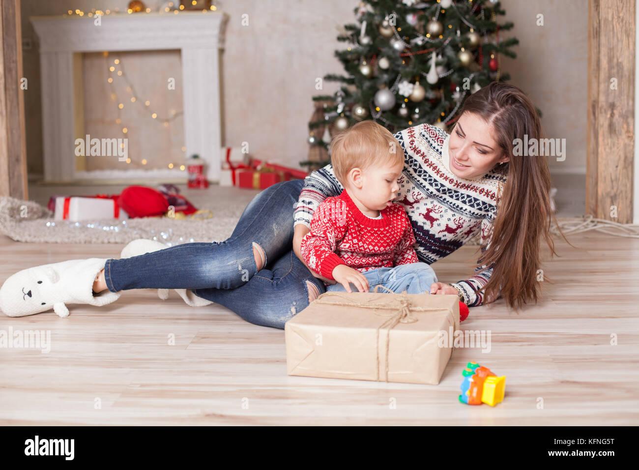 Mutter mit einem kleinen Kind Weihnachten Dekoration Geschenke ...