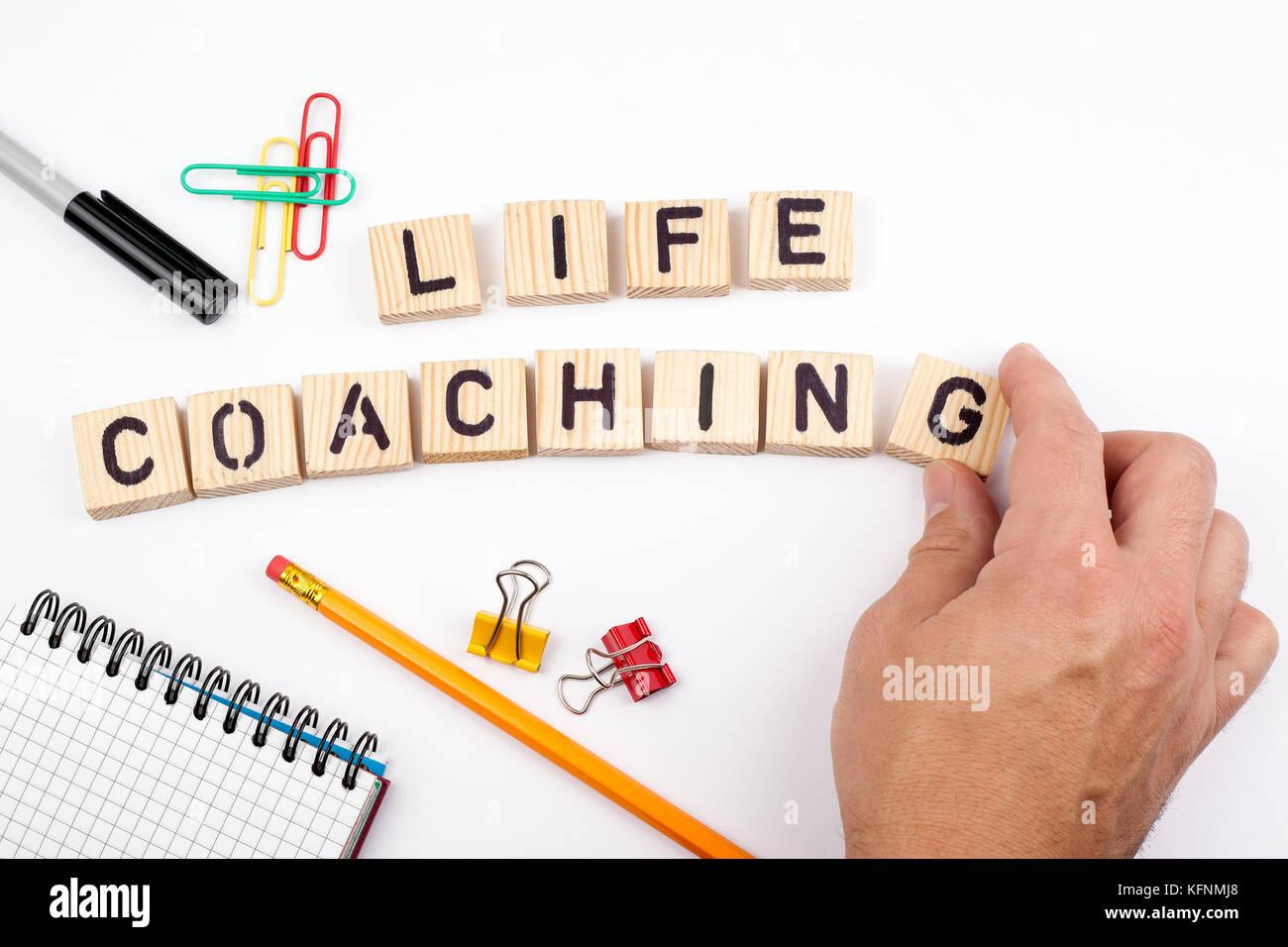 Life Coaching. Holz- Buchstaben auf weißem Hintergrund Stockbild