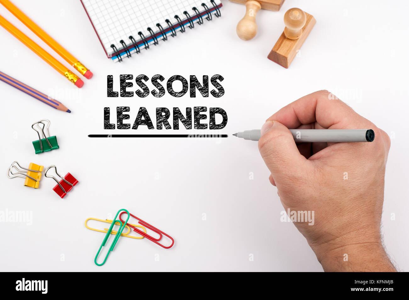 Lektionen gelernt. weiß Büro Schreibtisch, auf dem verschiedene Elemente Stockbild