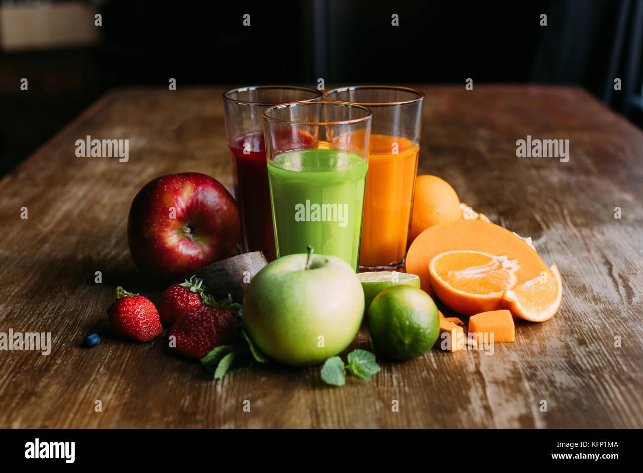 Verschiedene Smoothies in Gläser Stockbild