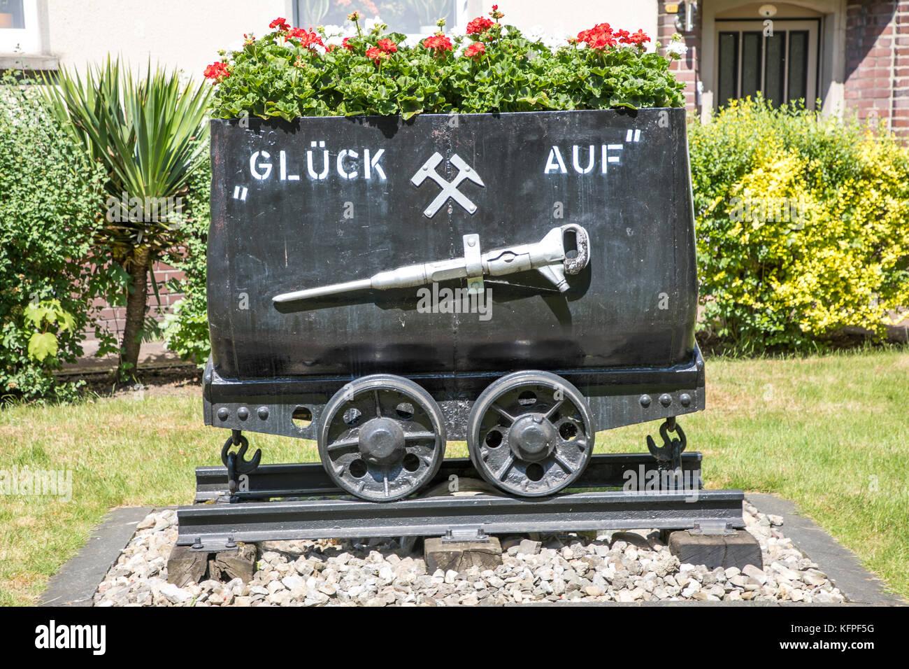 Alten Bergbau Straßenbahn, Lore, für Dekoration, Erinnerung an die Ruhr Bergbau, vor einem Wohnhaus in Stockbild