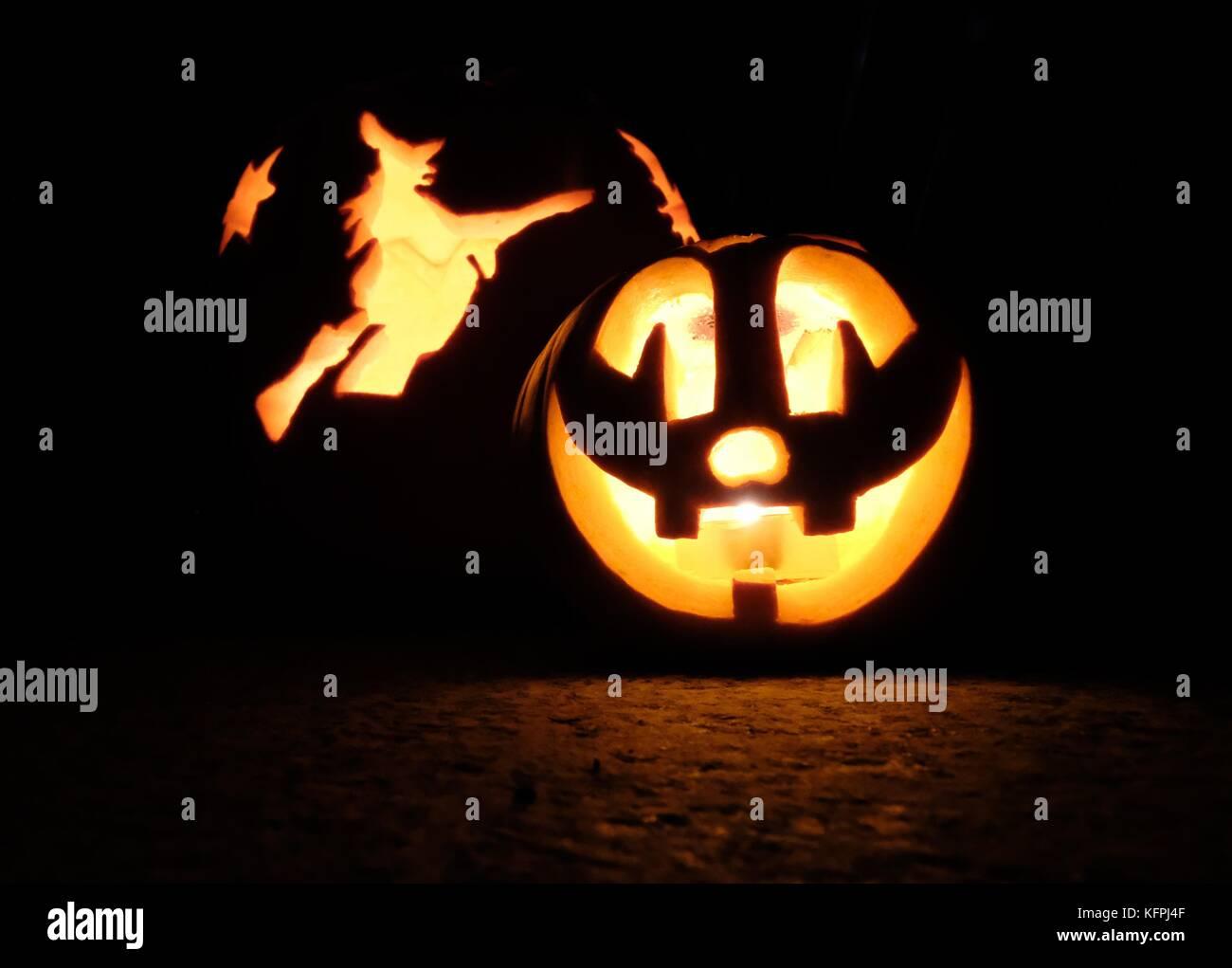 Halloween 30 Oktober.Zwei Halloween Kurbisse Mit Kerzen Im Inneren Stehen Vor