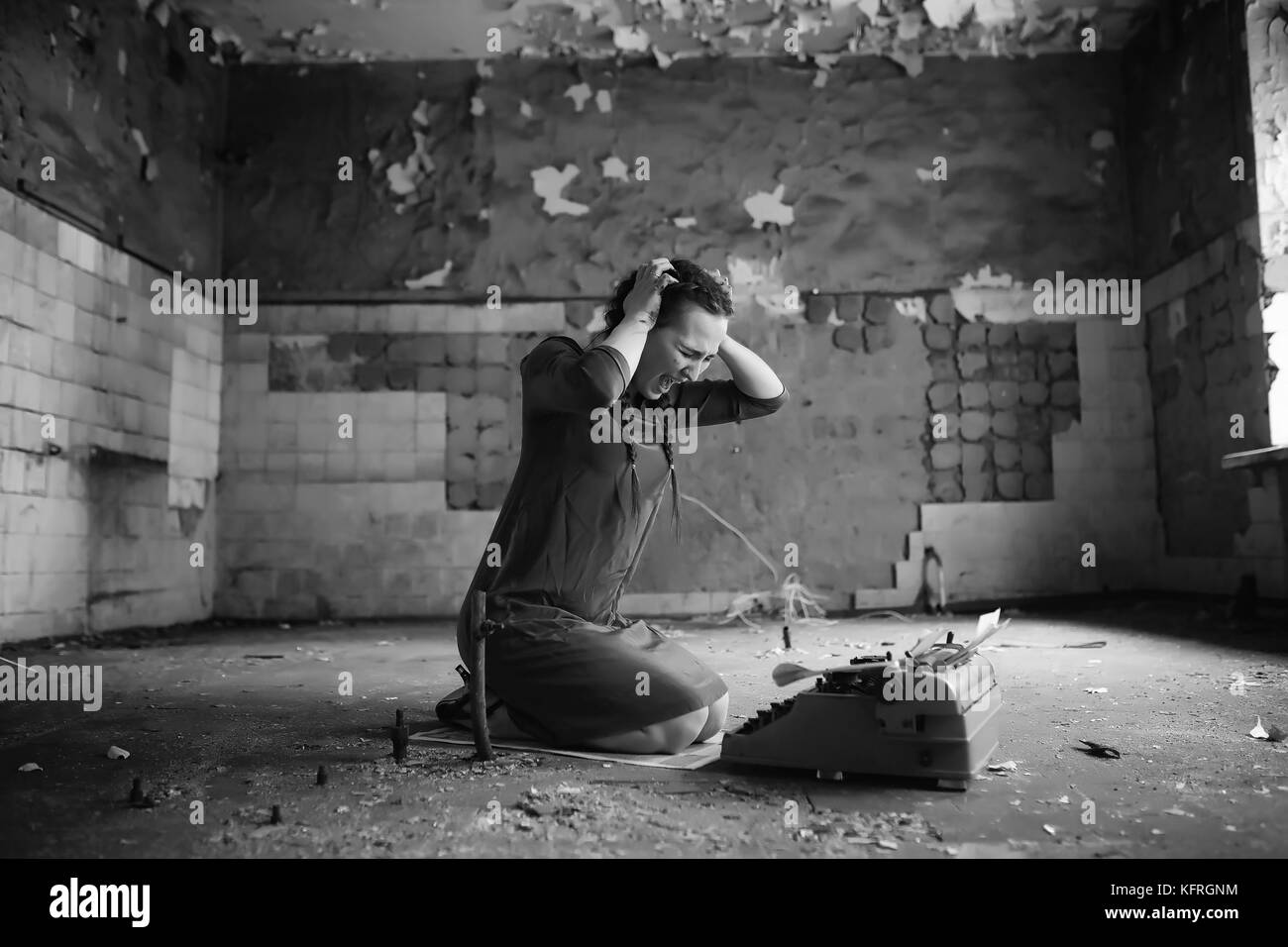Retro girl im alten Haus Bücher lesen Stockbild