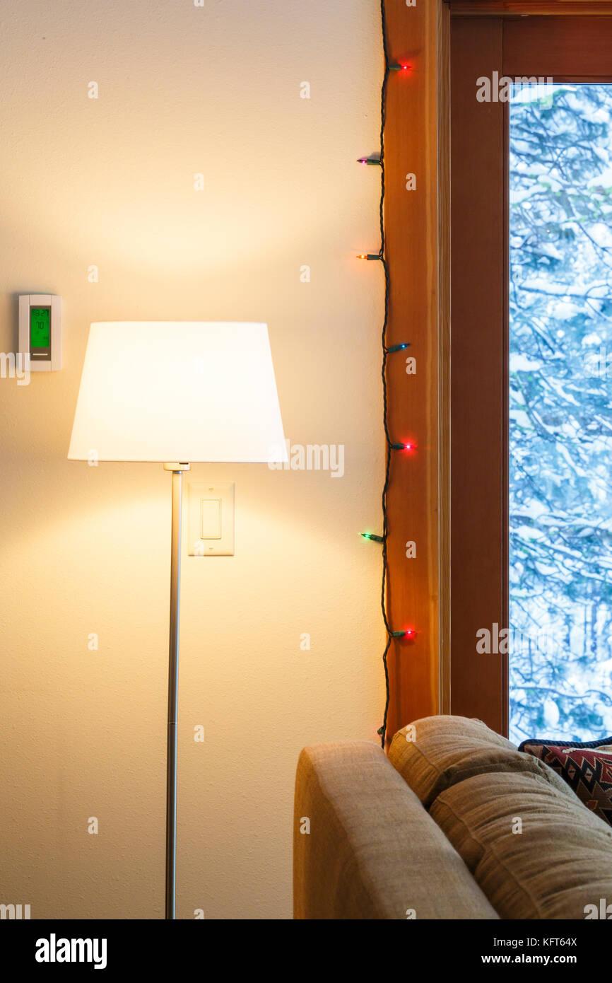 https://c8.alamy.com/compde/kft64x/warme-wohnung-wohnzimmer-interieur-mit-digitalen-elektronischen-thermostat-stehleuchte-weihnachtsbeleuchtung-und-durch-die-verschneite-landschaft-zu-windows-anzeigen-kft64x.jpg